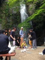 滝とダッジ.JPG